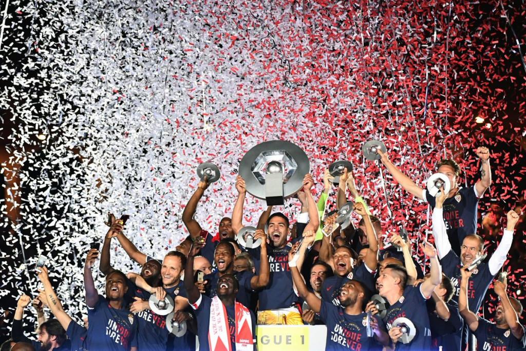 L'AS Monaco célébrant son titre de Champion de L1, au stade Louis II